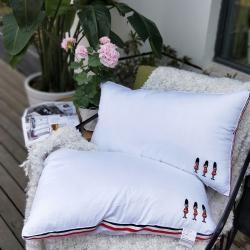 启艾枕芯       立体三色织带小标兵羽丝绒枕