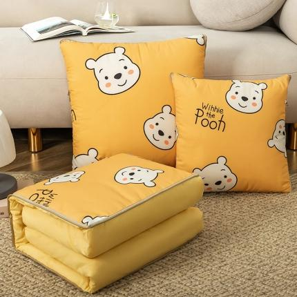 暖树家居 2020新款数码印花抱枕被叠拍图 维尼熊
