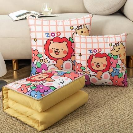 暖树家居 2020新款数码印花抱枕被叠拍图 小狮子
