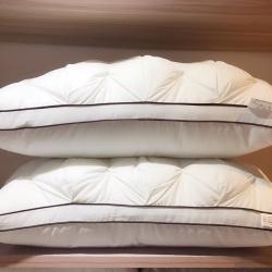 她喜爱枕业 全棉扭花羽丝绒面包枕(黑边)