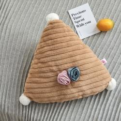 希诺家居2019新款草莓之恋工艺设计款兔兔绒抱枕焦糖咖三角形