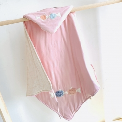 心卓嬰童館 嬰幼兒春夏新款彩棉抱被90cmX90cm 小魚粉